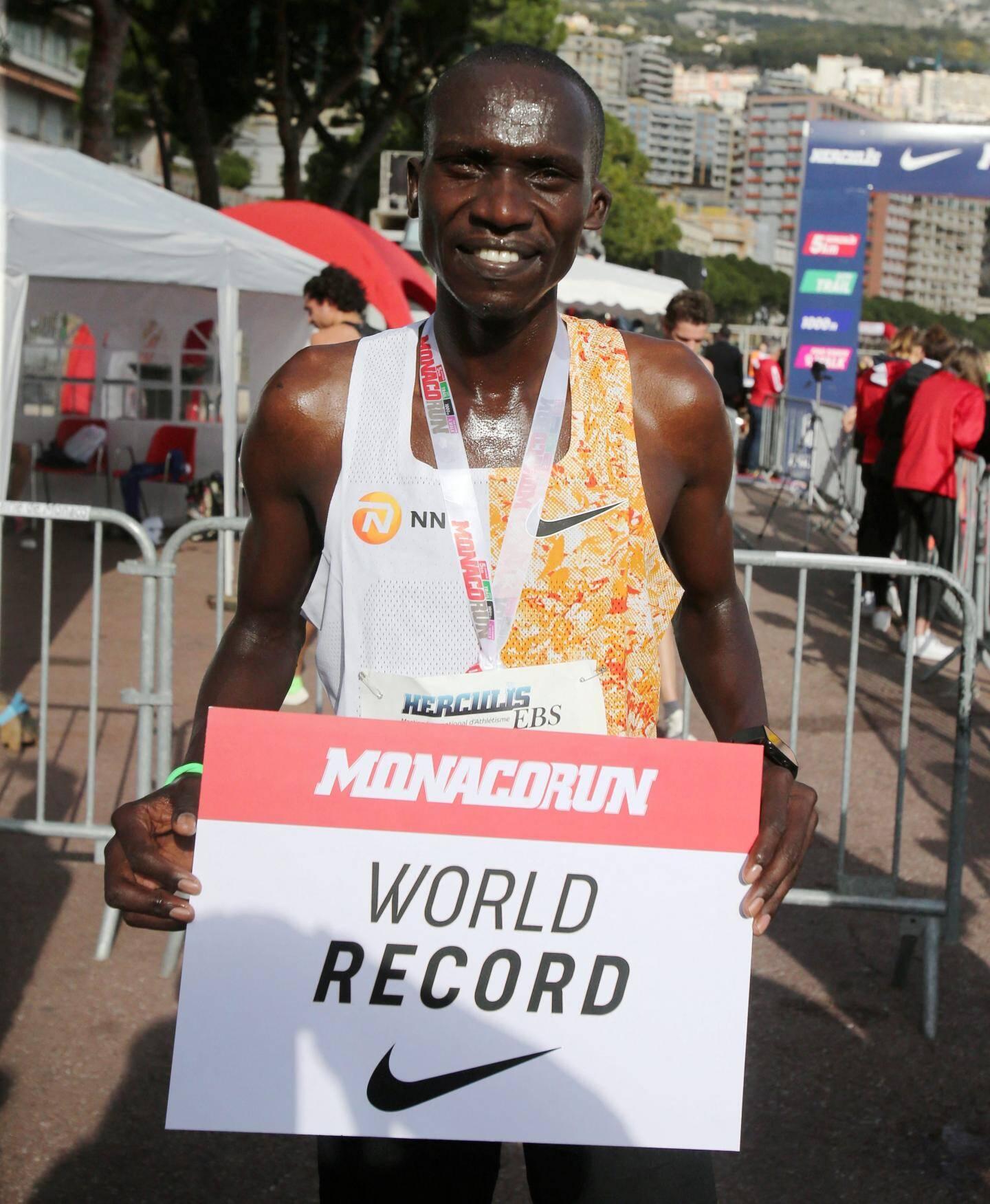 C'est un chrono montrueux qu'a réalisé celui qui est aussi champion du monde en titre du 10.000 mètres route.