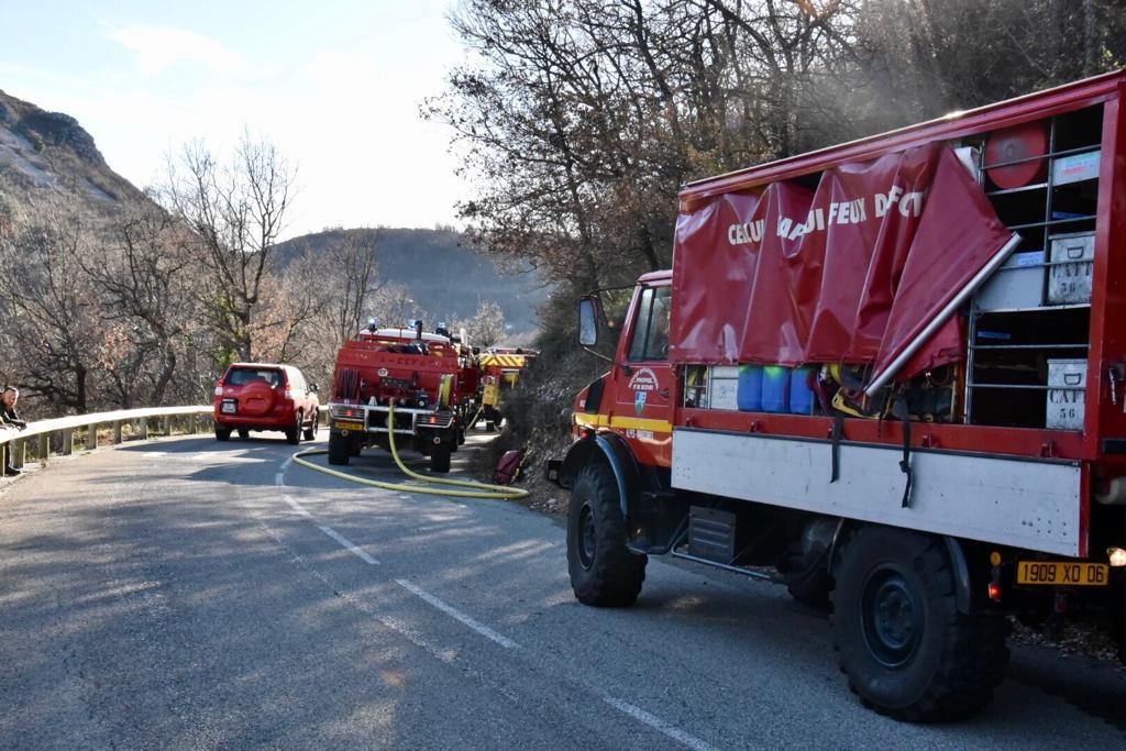 Les pompiers ont été confrontés à des vents violents qui ont compliqué leur travail.