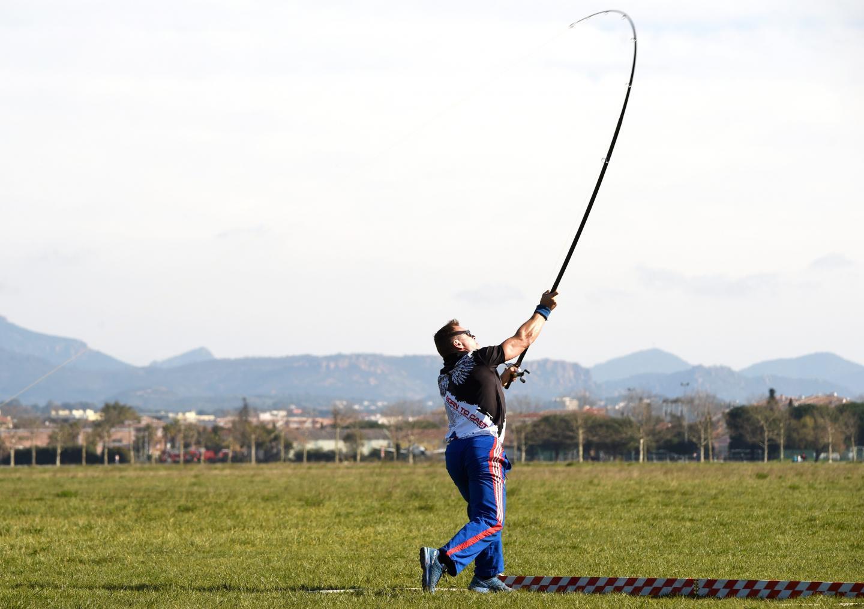 Le but – et le terrain – est assez similaire à une épreuve de lancer de poids ou de javelot : la piste prend la forme d'un V et il faut lancer le plus loin possible.