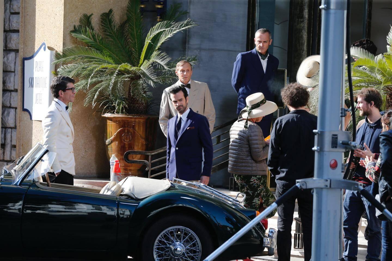 La production a reconstitué un décor extérieur avec des véhicules d'époque, et des figurants en costume.