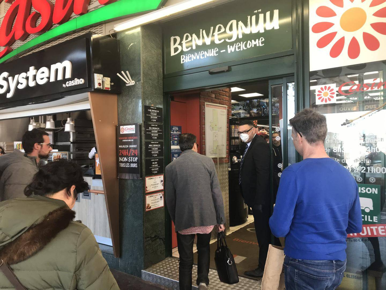 Au Casino du Port Hercule, des vigiles filtrent l'accès au magasin.