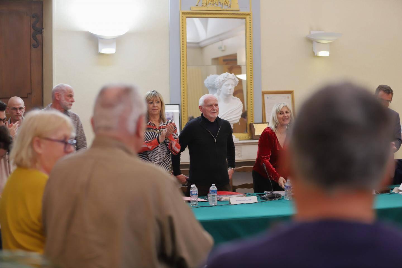 Des applaudissements ont résonné dans la salle du conseil en l'honneur du maire, Horace Lanfranchi.