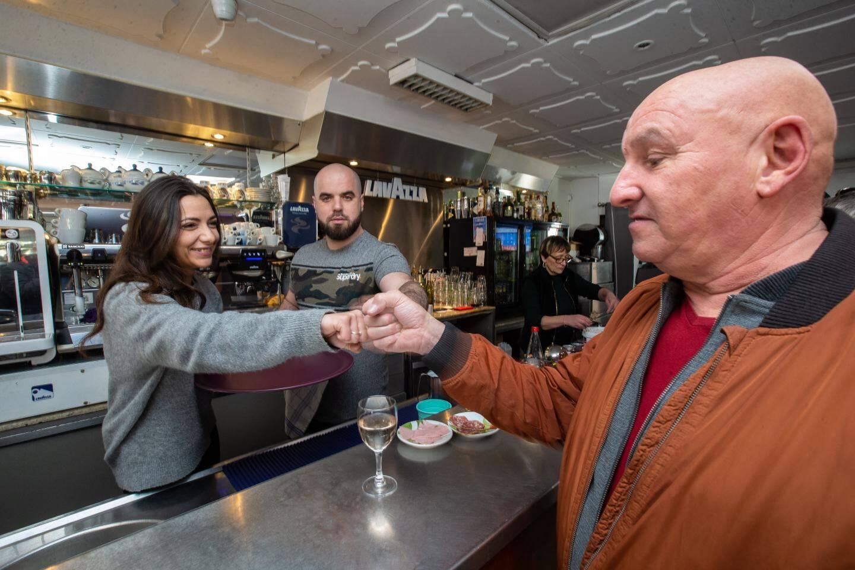 Le personnel du Bar des Sports et ce client en pleine démonstration de « check », cette façon de se saluer sans poignée de main.