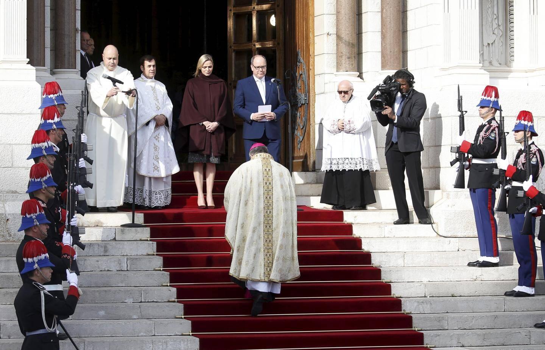 Le couple princier a accueilli Mgr Dominique-Marie David à son arrivée à la cathédrale.