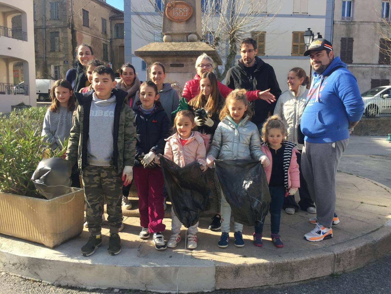 « Objectif village propre » pour les jeunes gardois accompagnés de Nicole Simonet de La Borie et de Manu Gibiat.