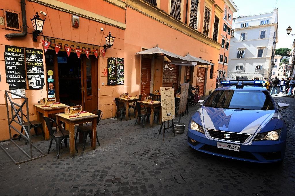 La police patrouille à Rome le 10 mars 2020 dans le quartier de Trastevere