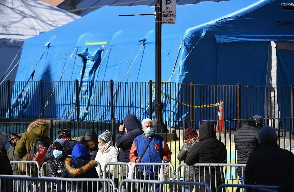 Des gens attendent de se faire tester dans la grande tente dressée devant l'hôpital de Elmhurst, à New York, le 26 mars 2020