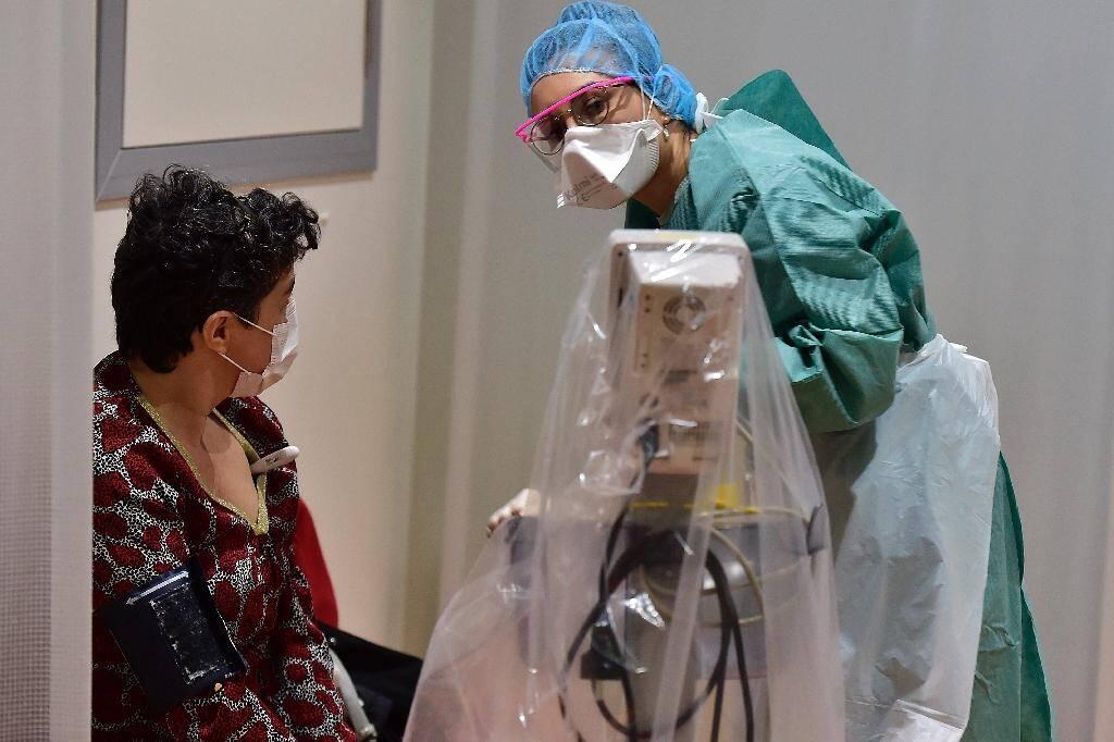 Un médecin examinant une patiente au CHU Pellegrin de Bordeaux, le 9 mars 2020