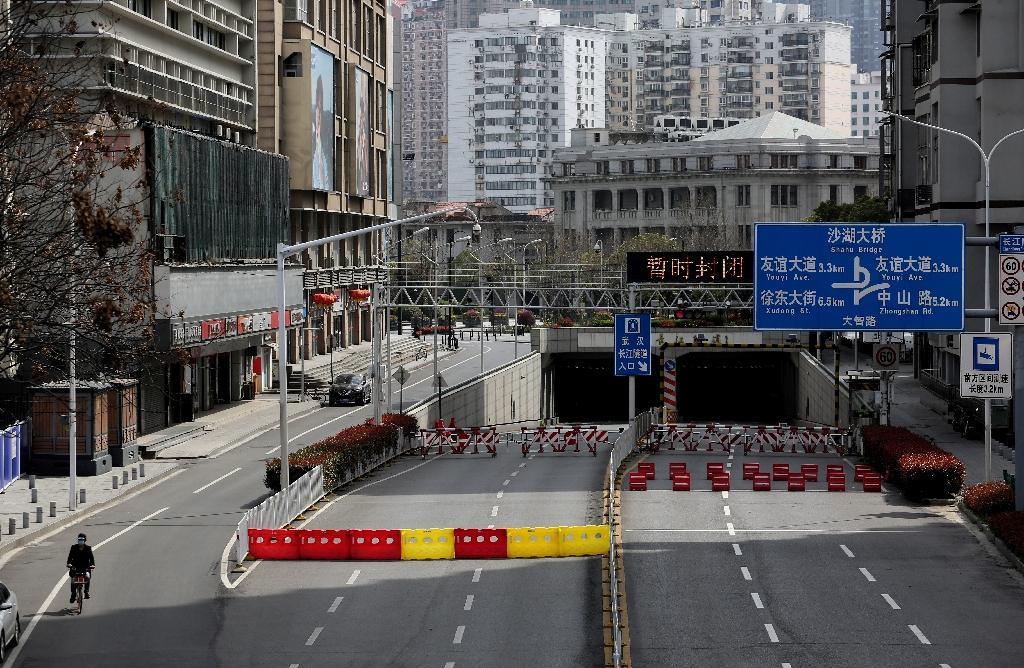 Des avenues coupées à la circulation et désertes à Wuhan, le 15 mars 2020 en Chine pendant l'épidémie du nouveau coronavirus