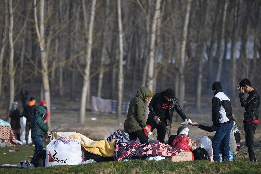 Des migrants campent près de la rivière Evros à côté de la ville d'Edirne, dans l'attente de franchir la frontière vers la Grèce le 3 mars 2020