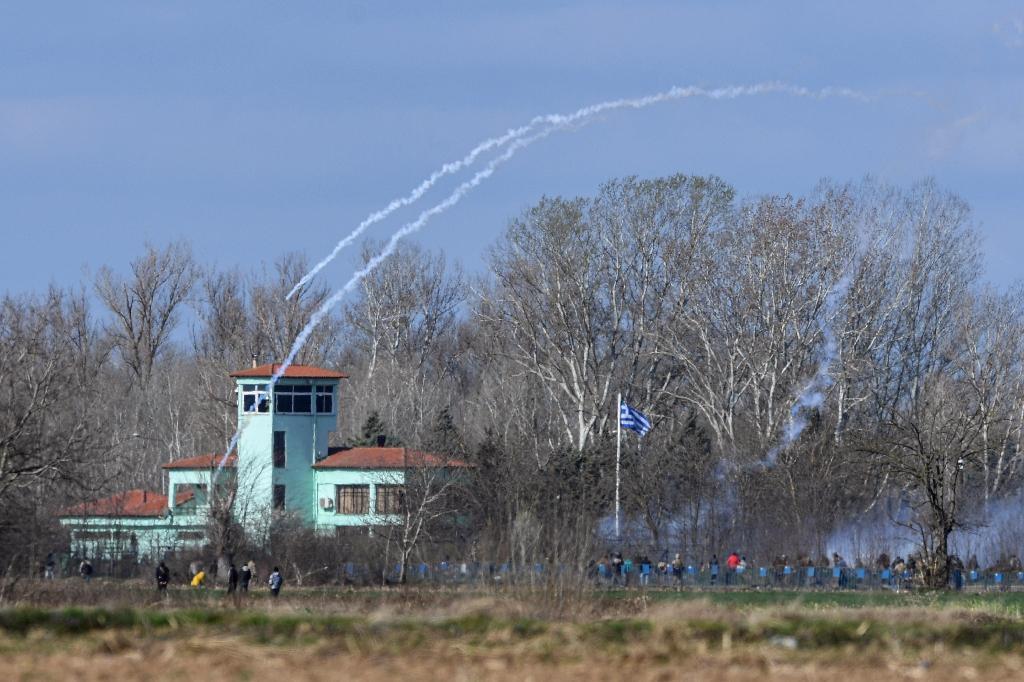 tirs de gaz lacrymogène à la frontière gréco-turque où son massés des milliers de migrants le 7 mars 2020