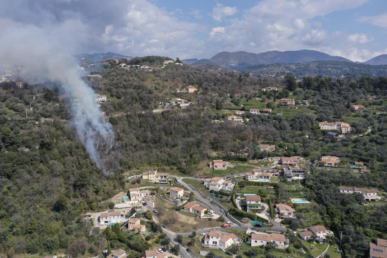 Le feu remontait la colline de Las Ayas à Contes.
