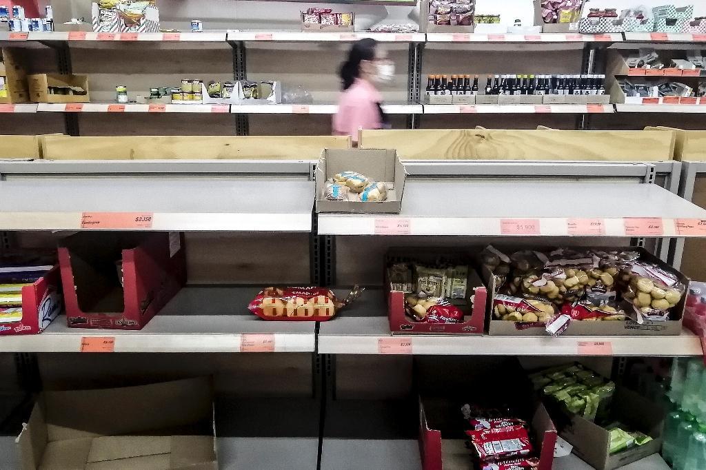 Des étals presque vides dans une supermarché de Medellin, en Colombie, le 17 mars 2020