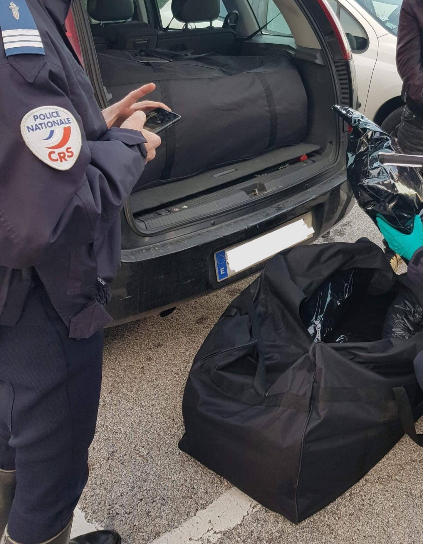 Les CRS ont repéré les sacs de sport dans ce véhicule suspect.