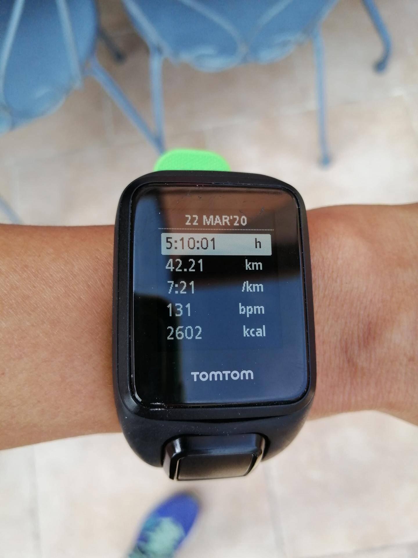 """Si l'envie de faire un marathon sur un petit périmètre vous vient, Gladys vous donne un conseil technique : """"mettre sa montre en mode tapis de course. Sinon, le GPS se perd vite avec tous ces allers-retours et la distance n'est plus bonne""""."""