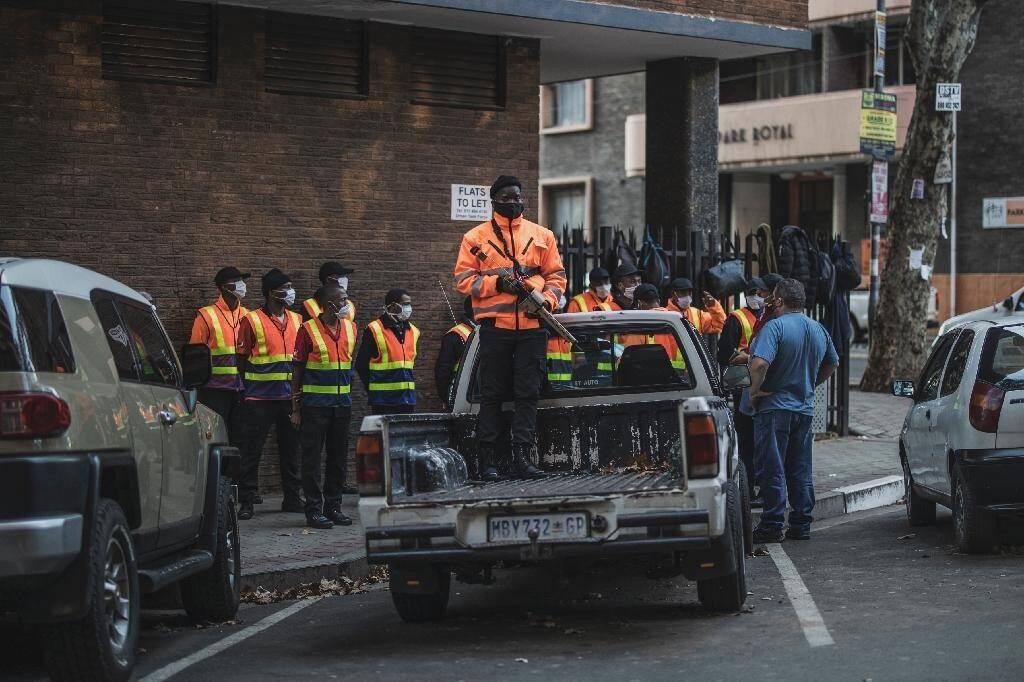 Un garde de sécurité privée armé d'un fusil tirant des balles en caoutchouc à Johannesburg, le 17 avril 2020.