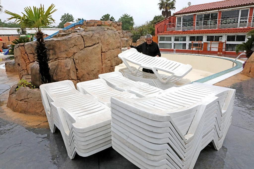 Les chaises de piscines, empilées, attendent l'ouverture du camping Front de Mer, à Argelès-sur-Mer, le 20 avril 2020