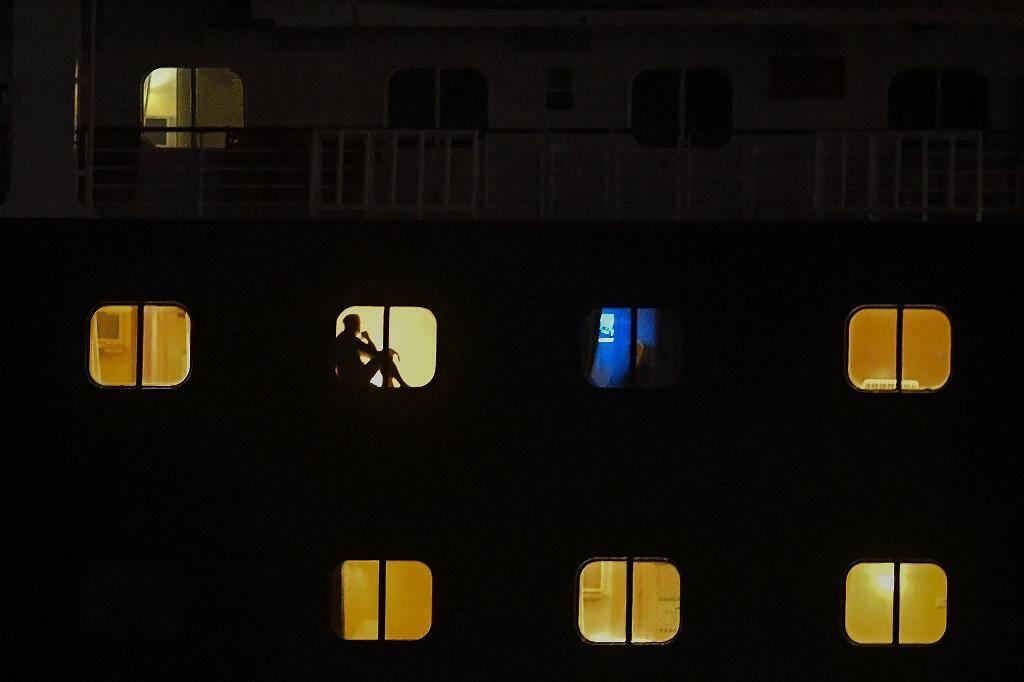 Des passagers du Zaandam dans leur cabine tandis que le navire traverse le canal du Panama, le 29 mars 2020