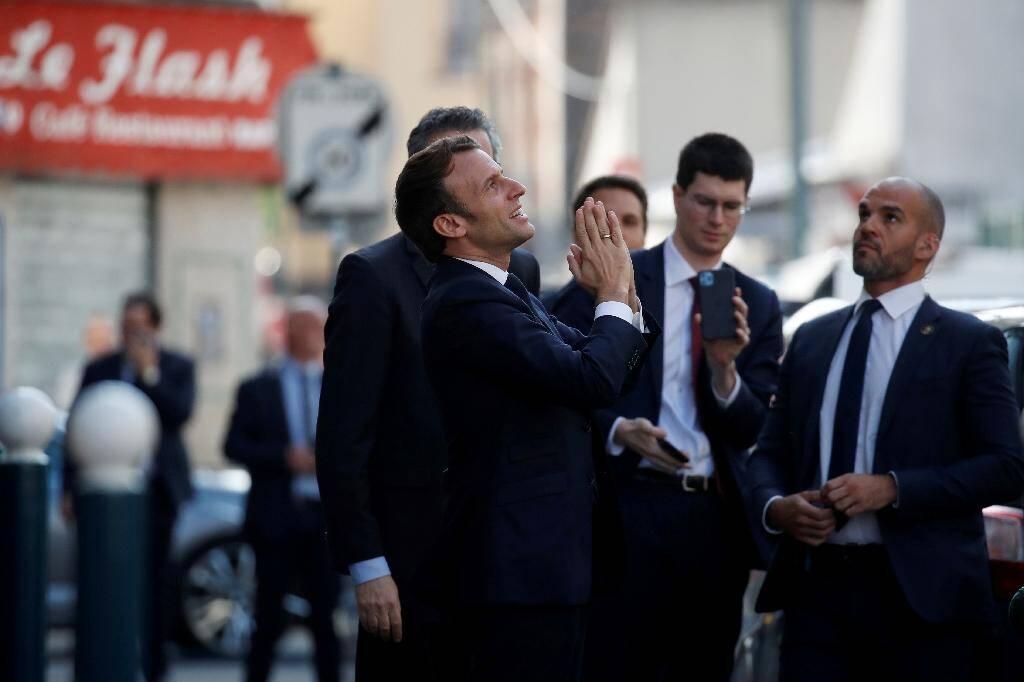 Emmanuel Macron remercie des habitants confinés, le 7 avril 2020 à Pantin près de Paris