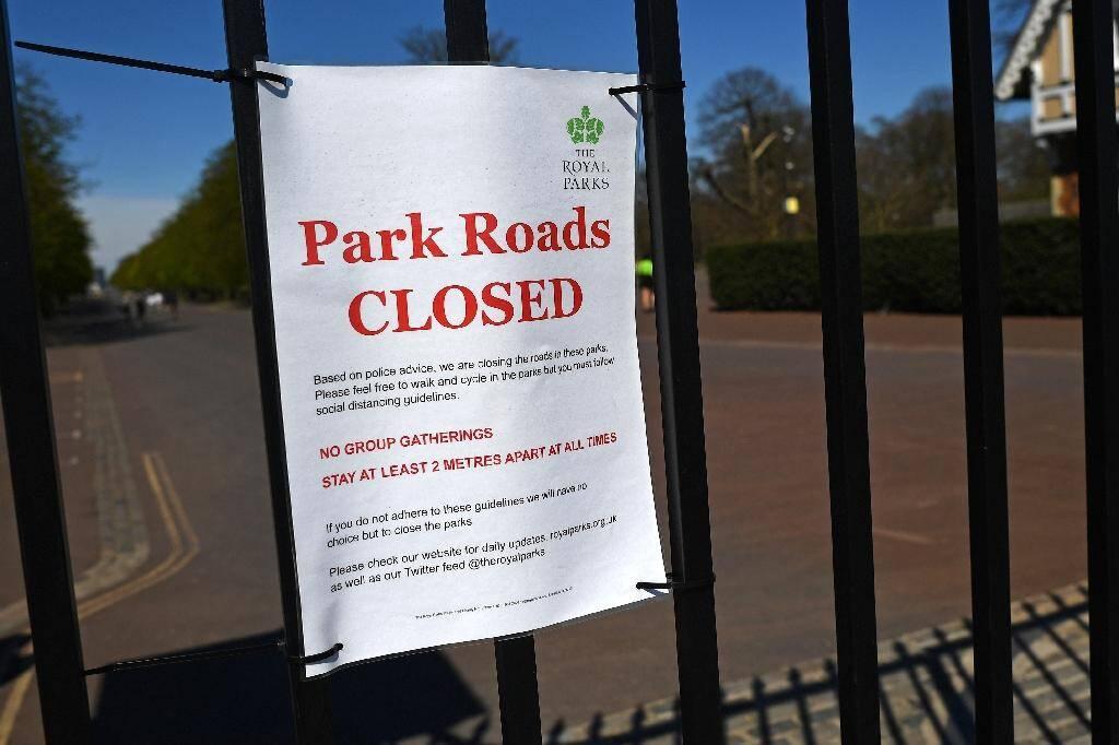 Un affichette signifiant la fermeture du parc de Greenwich en raison de la pandémie de coronavirus, le 5 avril 2020 à Londres