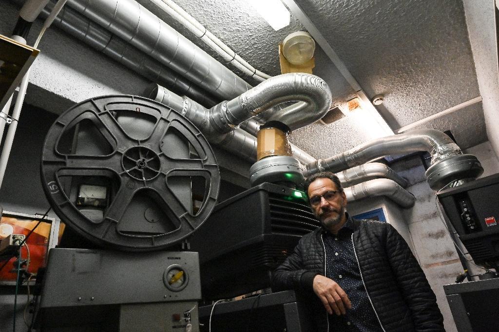 """Patrick Ortega, gérant du cinéma """"Club"""", dans la salle de projection, le 28 avril 2020 à Grenoble"""
