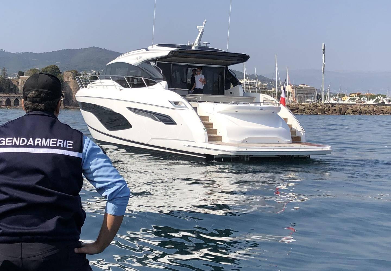 Ce yacht battant pavillon français n'a absolument pas le droit de naviguer, comme tous les bateaux de plaisance, depuis le 16 mars. Il a été contrôlé hier après-midi par la brigade nautique côtière du groupement de gendarmerie départementale, devant le port de La Napoule.