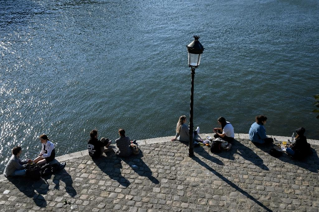 Des Parisiens sur les quais de la Seine, le 15 mai 2020