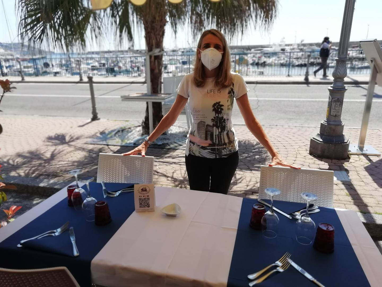 Angela gère « Il Dehor del Marinaio » à Sanremo, un restaurant de poissons qui donne sur le port.