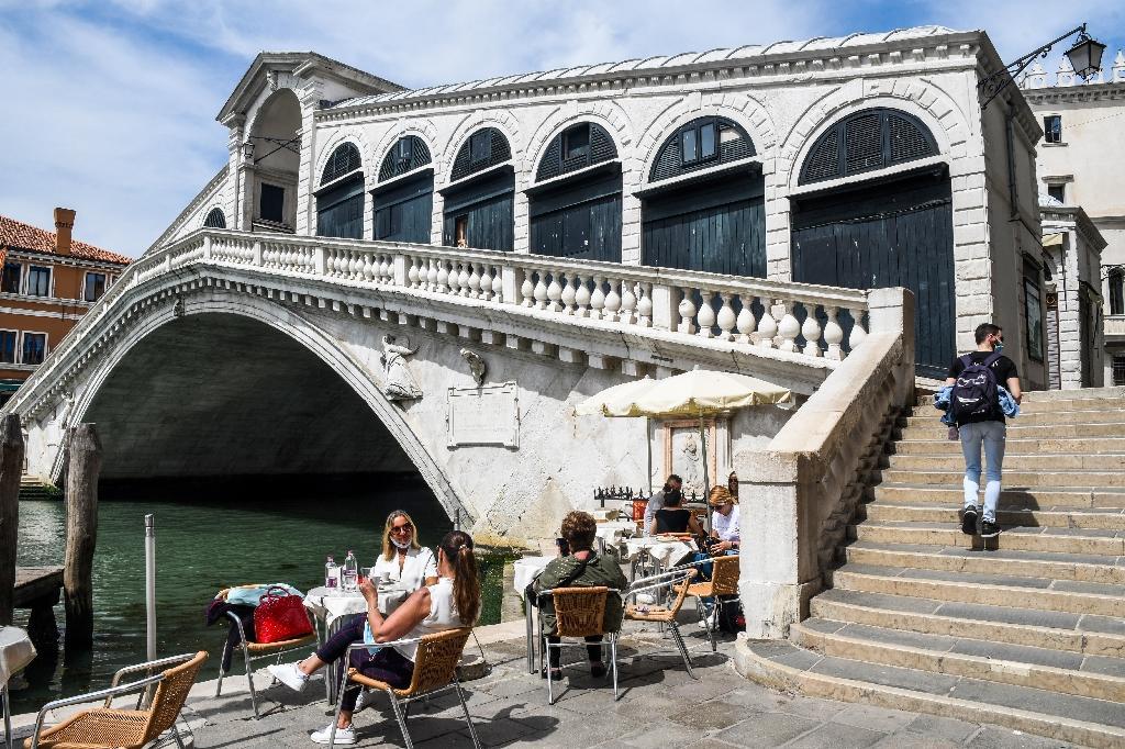 Terrasse de café au bord du Grand Canal et du pont Rialto, le 18 mai 2020 à Venise