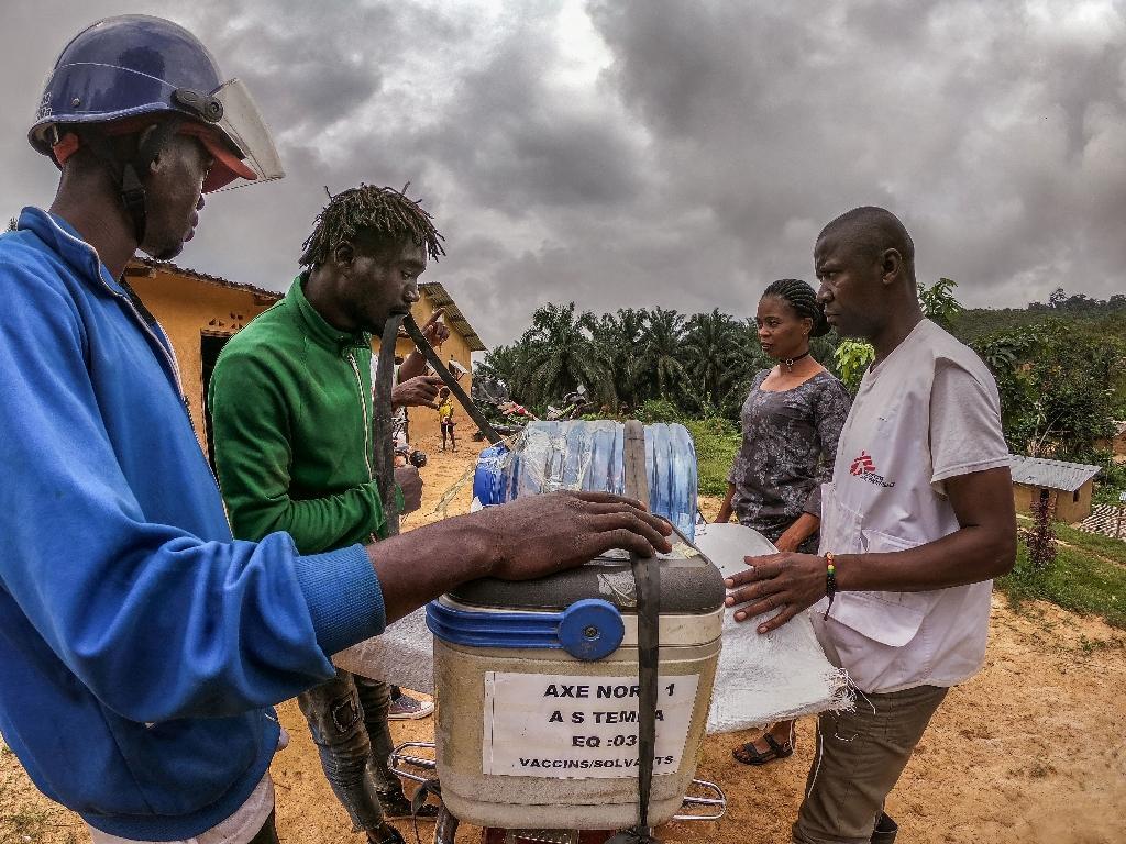 Des vaccins sont transportés dans des zones reculées, le 3 mars 2020 depuis Temba, ouest de la RDC.