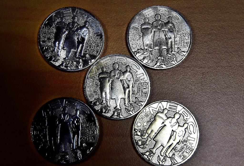 La médaille de la Monnaie de Paris, en hommage au personnel soignant, éboueurs, caissiers, agriculteurs etc. à Pessac, le 15 mai 2020