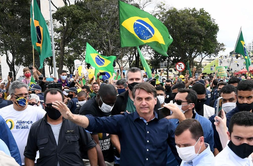 Bain de foule pour le président brésilien Jair Bolsonaro, à Brasilia le 24 mai 2020
