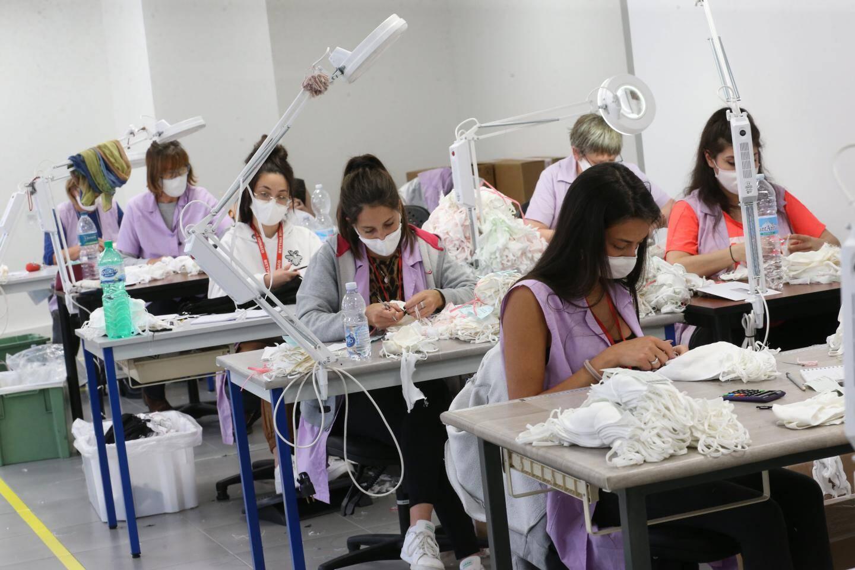 Fin mars, la société s'attelle au développement et à la fabrication de masques. Il faut plus de vingt étapes pour arriver au produit final, désormais lavable 75 fois.