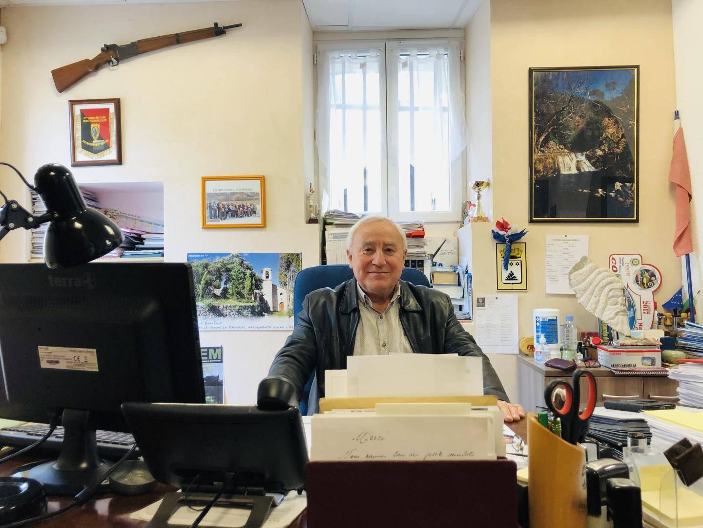 Raymond Gras, maire de Montferrat, dans son bureau