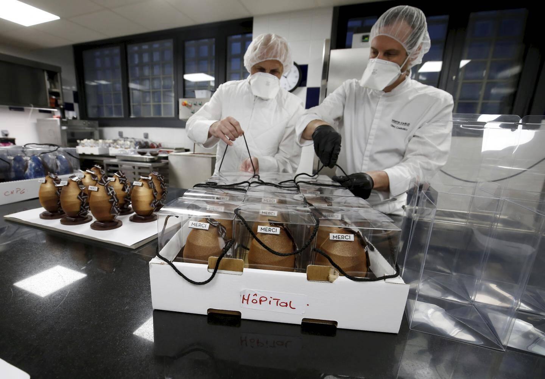 Lundi 6 avril 2020 à Monaco - Préparation des œufs de Pâques qui vont être offerts au personnel hospitalier et aux patients du CHPG alors que la pandémie de coronavirus touche la principauté de Monaco.
