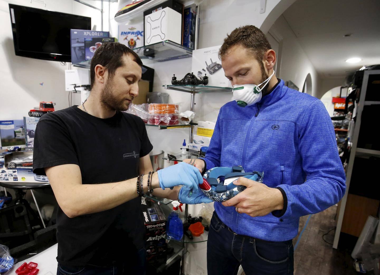 Vendredi 3 mars 2020 à Monaco - Sébastien Usher de l'association Stand-up for Planet a récupéré 400 masques offerts par Décathlon qui vont être équipés gratuitement par des embouts fabriqués sur imprimante 3D de la société Mc Clic d'Erwan Grimaud installée à Monaco. Ces masques vont fournir des hôpitaux des Alpes-Maritimes et de Monaco pour les soignants luttant contre la pandémie de coronavirus.
