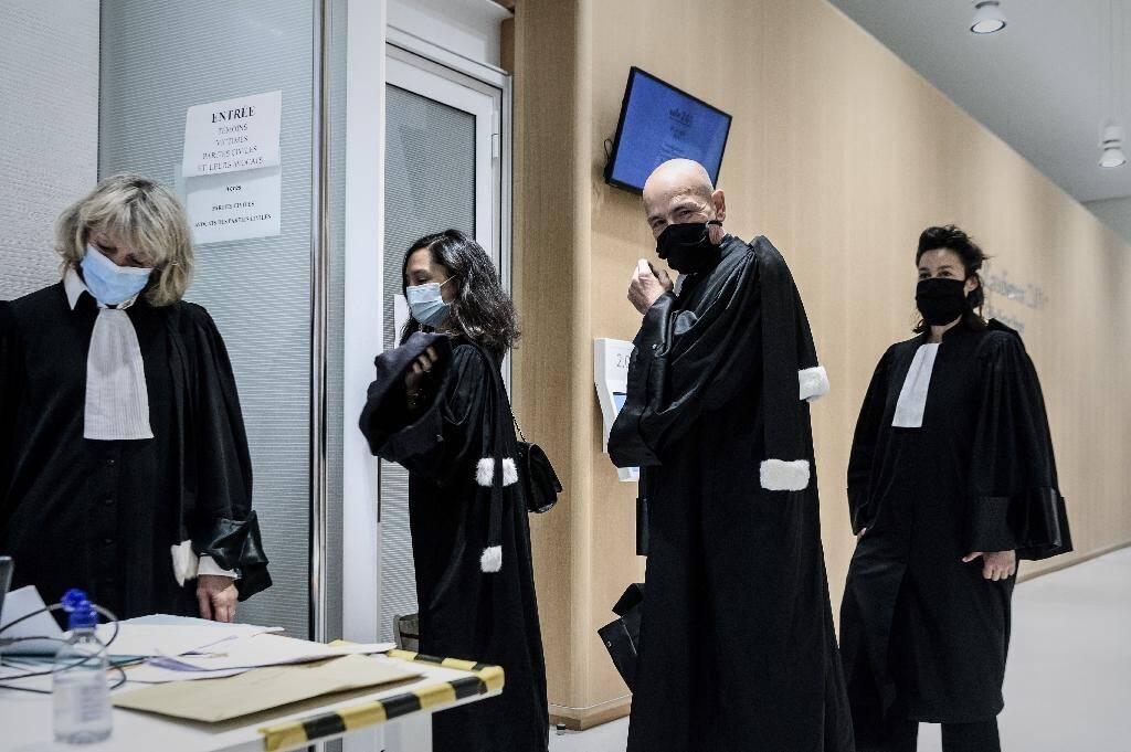 Me Jean-Christophe Coubris (C), avocat de 1.650 plaignants, ajuste son masque à son arrivée avec d'autres avocats au palais de justice de Paris le 9 juin 2020