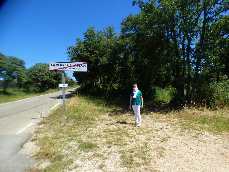 La directrice à l'entrée du chemin des arbres, situé à la sortie du village en direction d'Esparron.