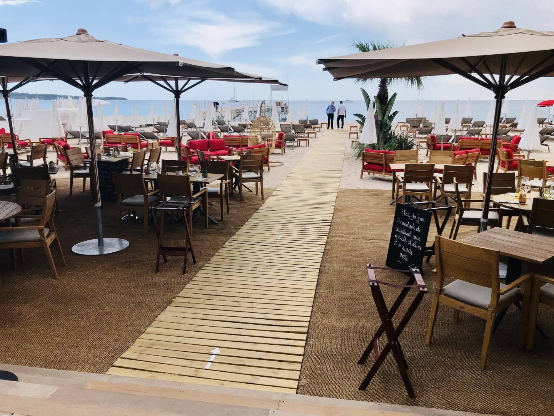 Vue générale sur le restaurant de la plage Mademoiselle Gray