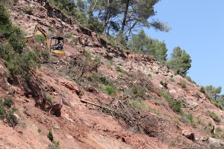 Les engins travaillent encore sur les flancs abrubts de la falaise, pour adoucir la pente du talus.