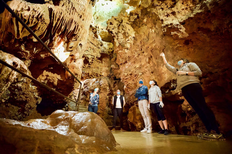 Les grottes de S t -Cézairesur-Siagne permettent de descendre jusqu'à 40 mètres de profondeur