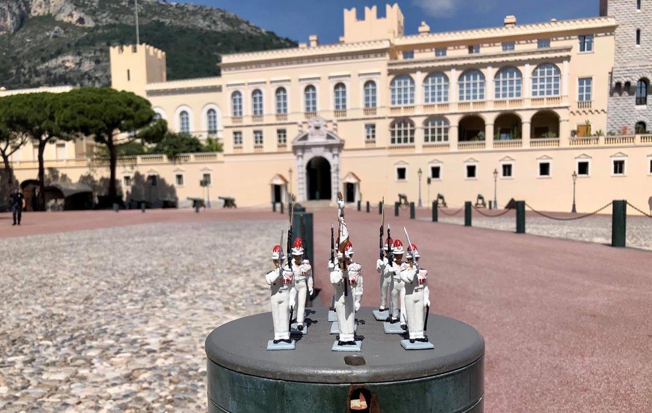 La commerçante Ricky Atlan a immortalisé ses carabiniers (de plomb) pendant le confinement pour illustrer l'absence pesante de la relève de la garde.