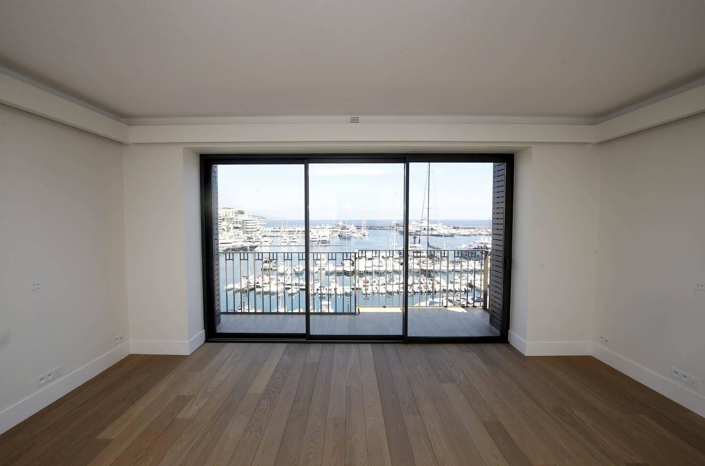 Les architectes ont travaillé les ouvertures pour donner l'impression d'un paysage encadré pour les vues vers le port Hercule.