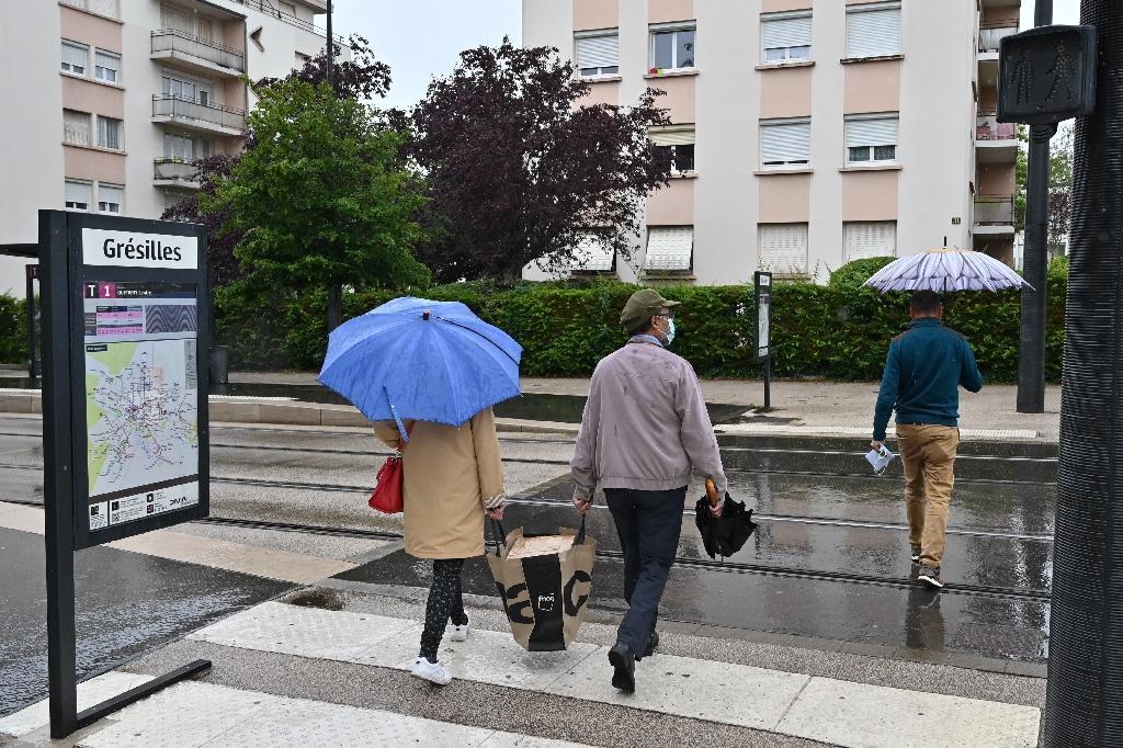 Des habitants du quartier sensible de Dijon, les Grésilles, le 17 juin 2020 après des incidents avec des tchétchènes armés