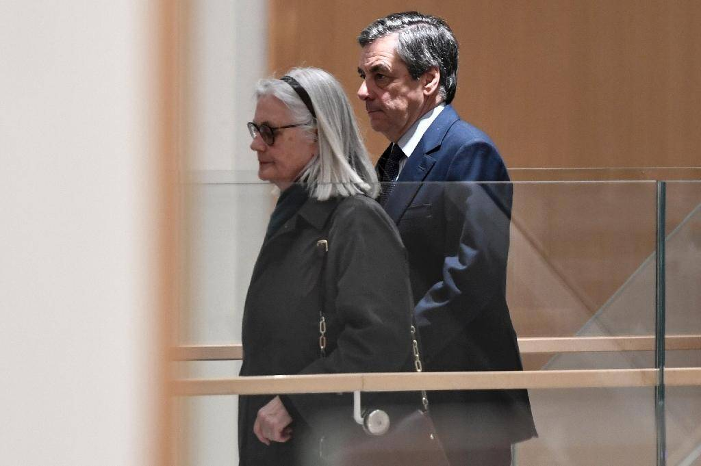 L'ancien Premier ministre François Fillon et son épouse Penelope, le 27 février 2020 à Paris