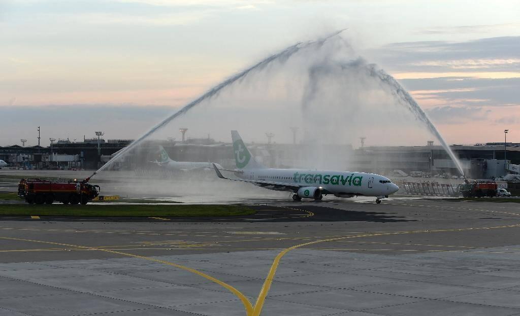 Des pompiers arrosent un Boeing 737-800 de Transavia pour célébrer la réouverture de l'aéroport dOrly, le 26 juin 2020