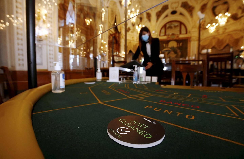 Distanciation, gel hydroalcoolique et une armada de panneaux en plexiglas pour séparer les joueurs aux tables.