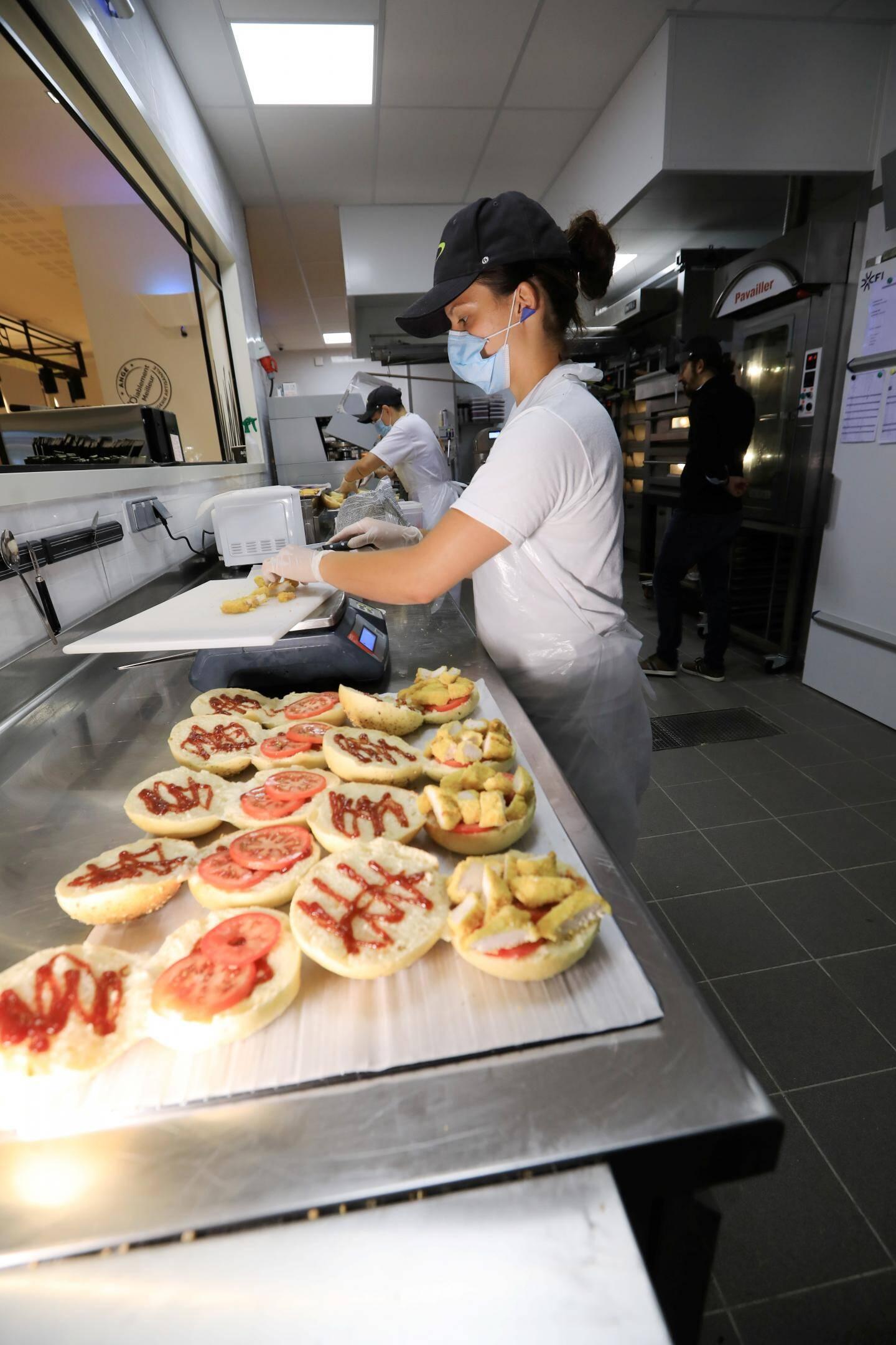 Tous les produits (pains, pâtisseries, pizza, burgers, salades composées...) sont fabriqués sur place, devant la clientèle.
