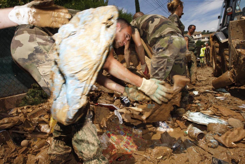 L'armée venue en aide aux habitants sinistrés du Clos Jean Aicard à Draguignan.