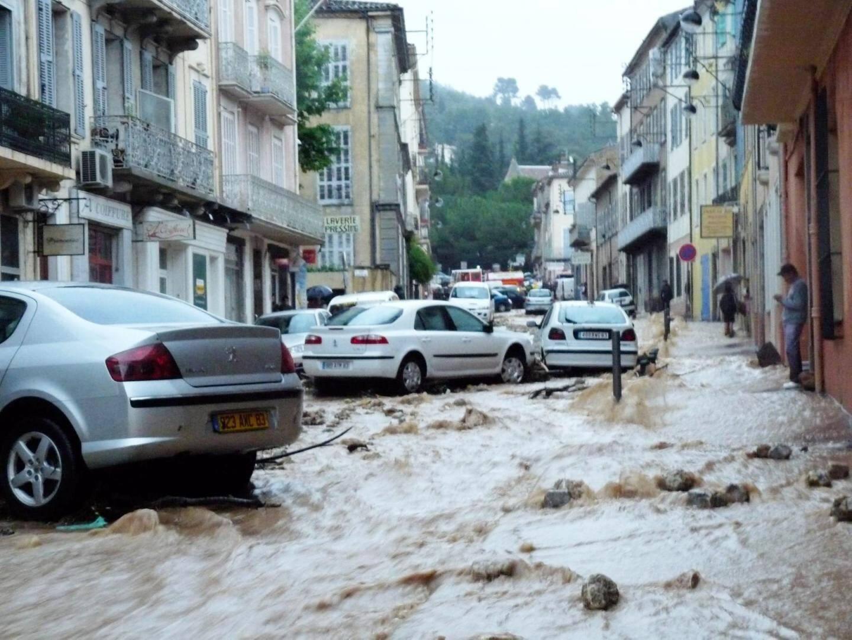 Une rivière d'eau boueuse s'écoule sur le boulevard de la liberté l'après-midi du 15 juin 2010.
